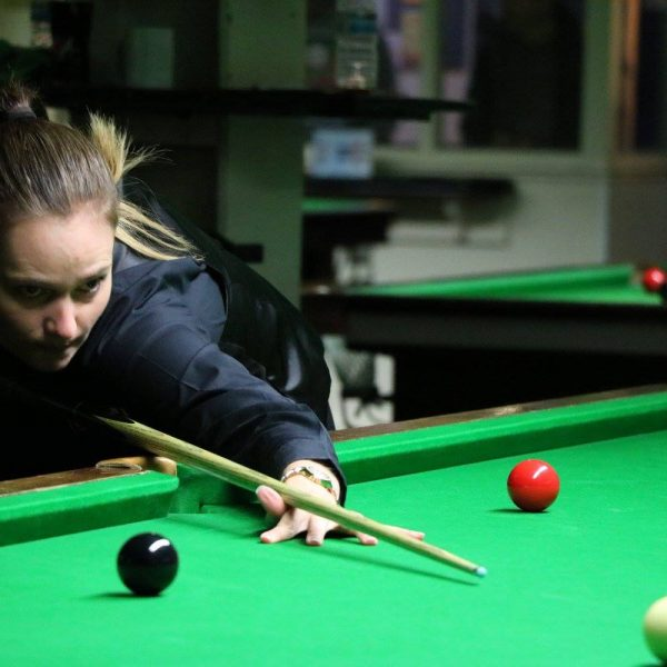 Reanne Evans playing snooker