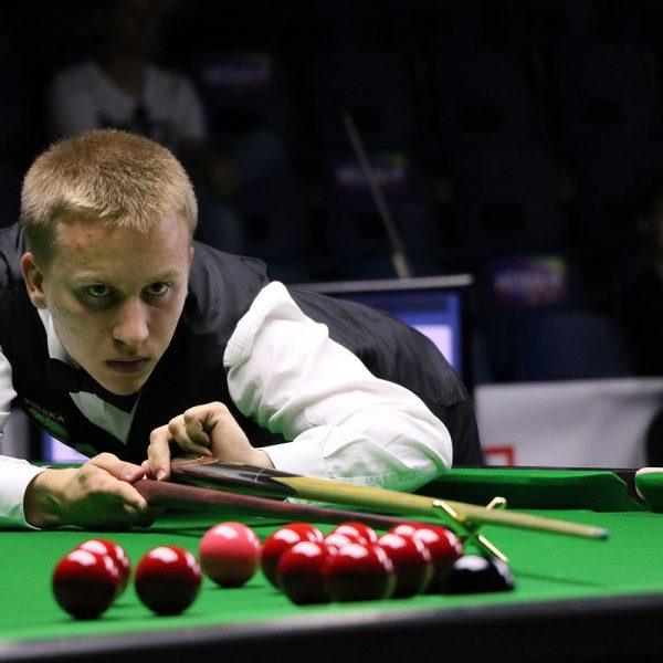 Kacper Filipiak plays snooker