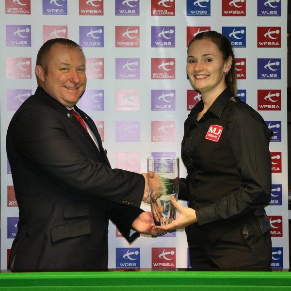 Reanne Evans receiving trophy